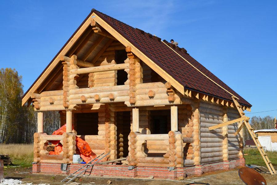 Первая постройка на участке – баня! Это действительно по-русски!Семь домов уже готовы rвстрече с сибирскими морозами, утепление домов завершено.