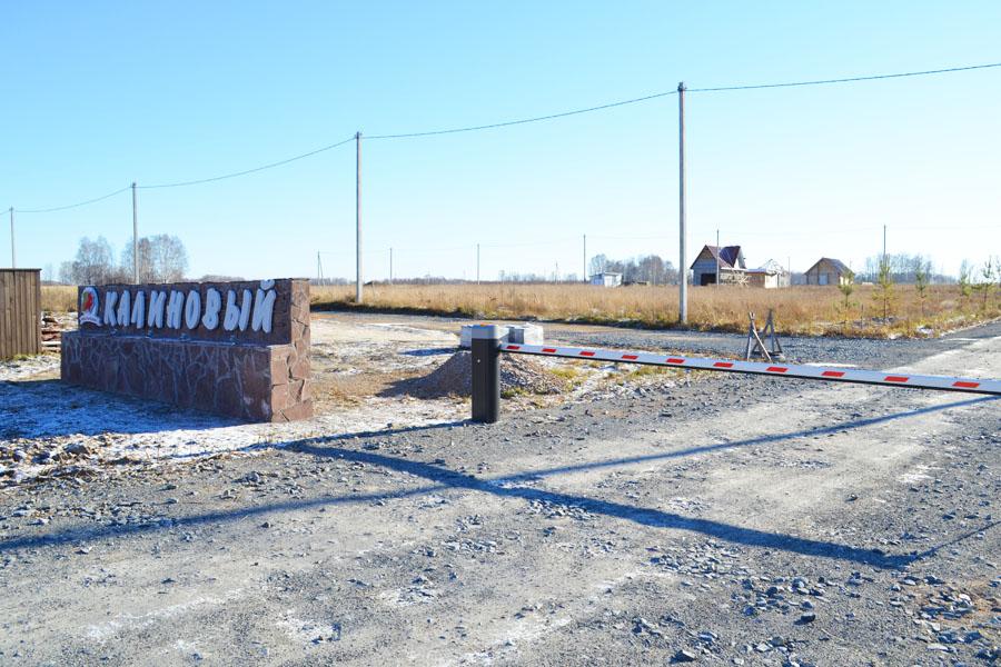 Въезд в поселок контролируемый, установлен шлагбаум.