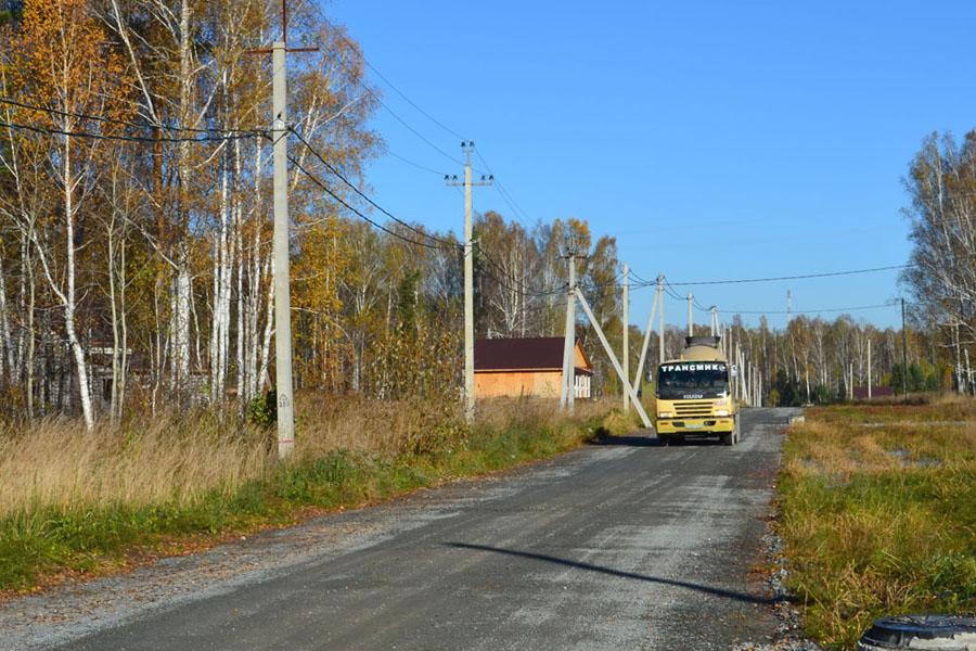 Дороги внутри поселка широкие, отсыпаны гравием и щебенкой. Это позволяет комфортно перемещаться по поселку, как  легковому авто, так и тяжелой строительной технике. Зимой дороги чистятся по мере необходимости.